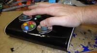 Kontroler do gier obsługiwany jedną ręką