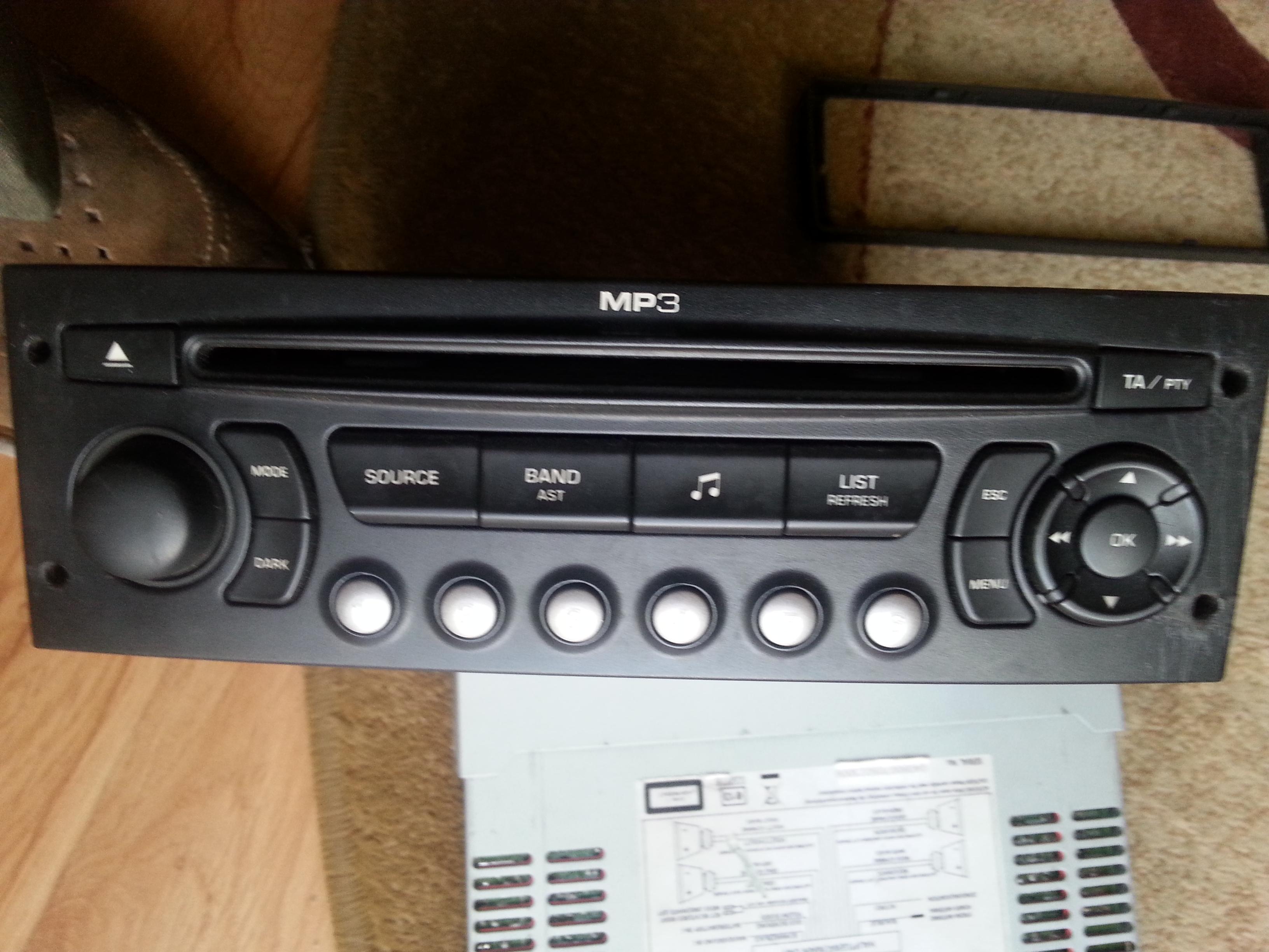 Jak pod��czy� radio w Peugeot 206?