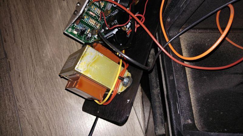Subwoofer, transformator gdy podłączony do sieci buczy