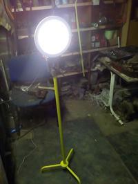 Lampa robocza na statywie.