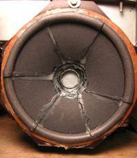Cewka głośnika ociera o magnes.