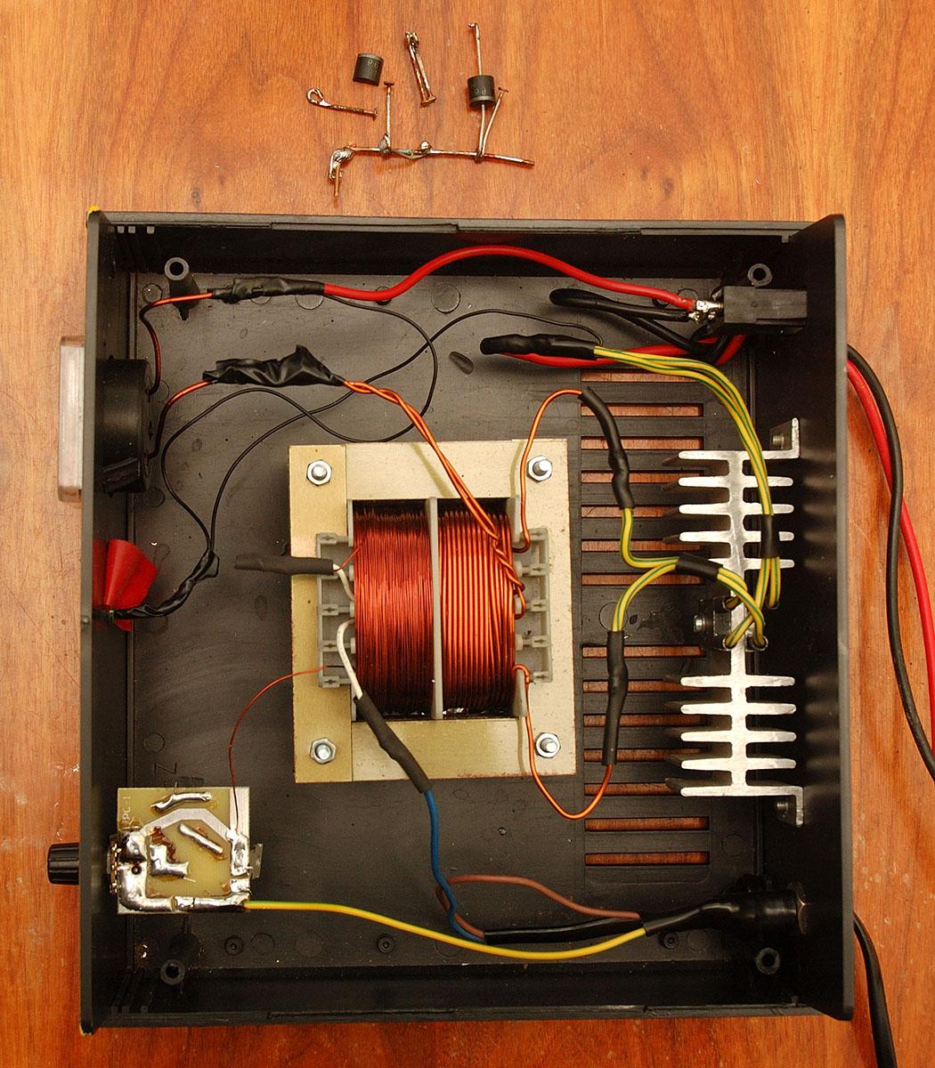 Odbudowany od podstaw, prymitywny prostownik do akumulator�w o wydajno�ci 15A.