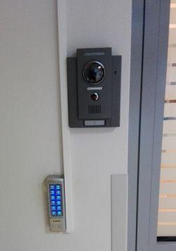 Zamki szyfrowe, czytniki kart i breloków. Współpraca z domofonami i wideofonami