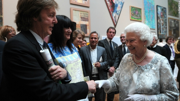 The Beatles Polska: Królowa Elżbieta II odznaczyła Paula McCartneya Orderem Towarzyszy Honoru