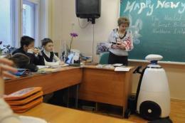 Robot pomaga choremu na bia�aczk� uczniowi