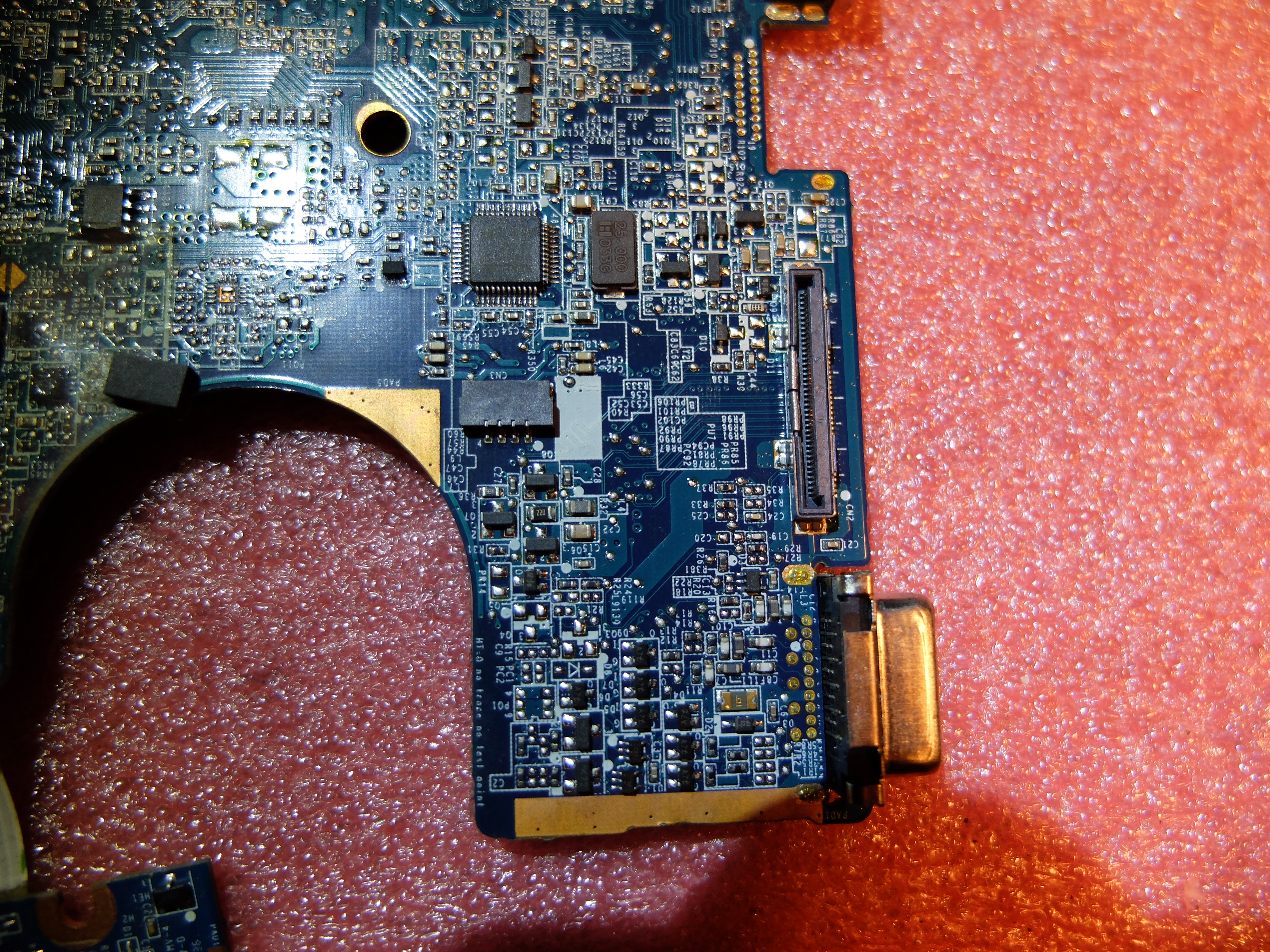 Compaq CQ56 - Bia�y ekran pojawia si� losowo, szukanie usterki.