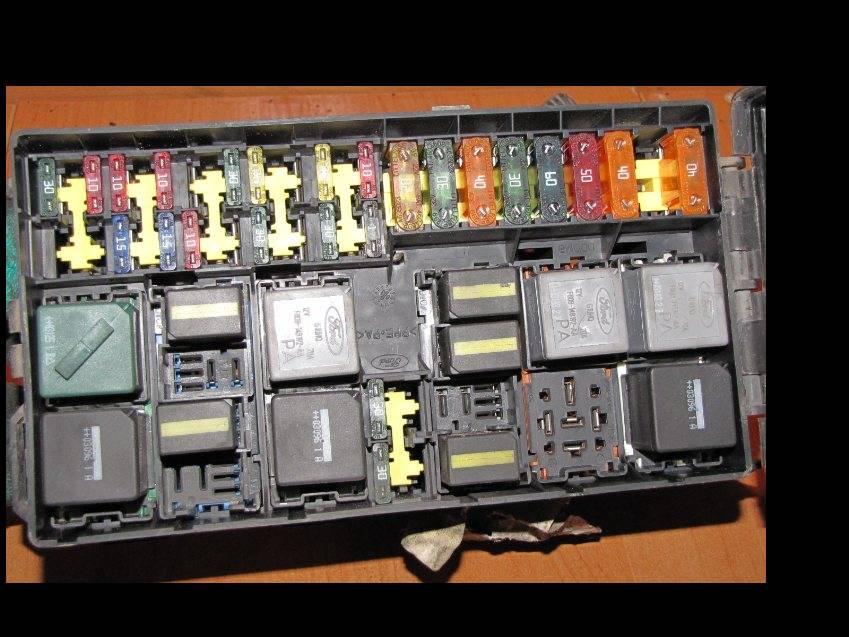 Focus Mk1 TDCi - Skrzynka bezpiecznik�w w komorze silnika