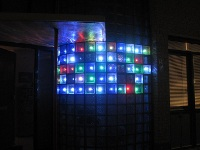 �ciana z luksfer�w pod�wietlana sterowanymi diodami LED