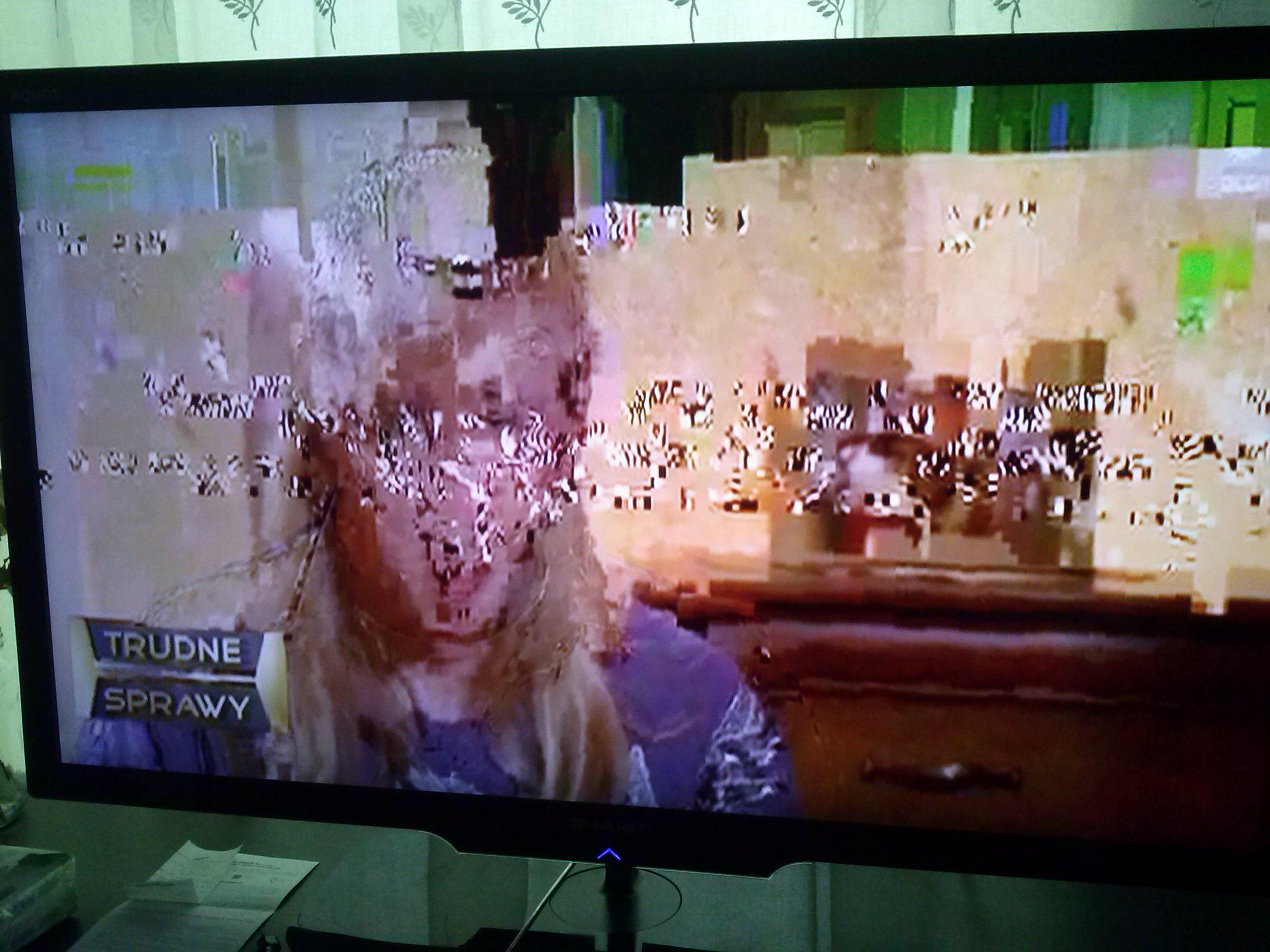 Kolorowe kwadraciki na ekranie tv