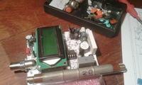 Licznik Geigera w małej obudowie z przełącznikiem na sondę zewnętrzną.