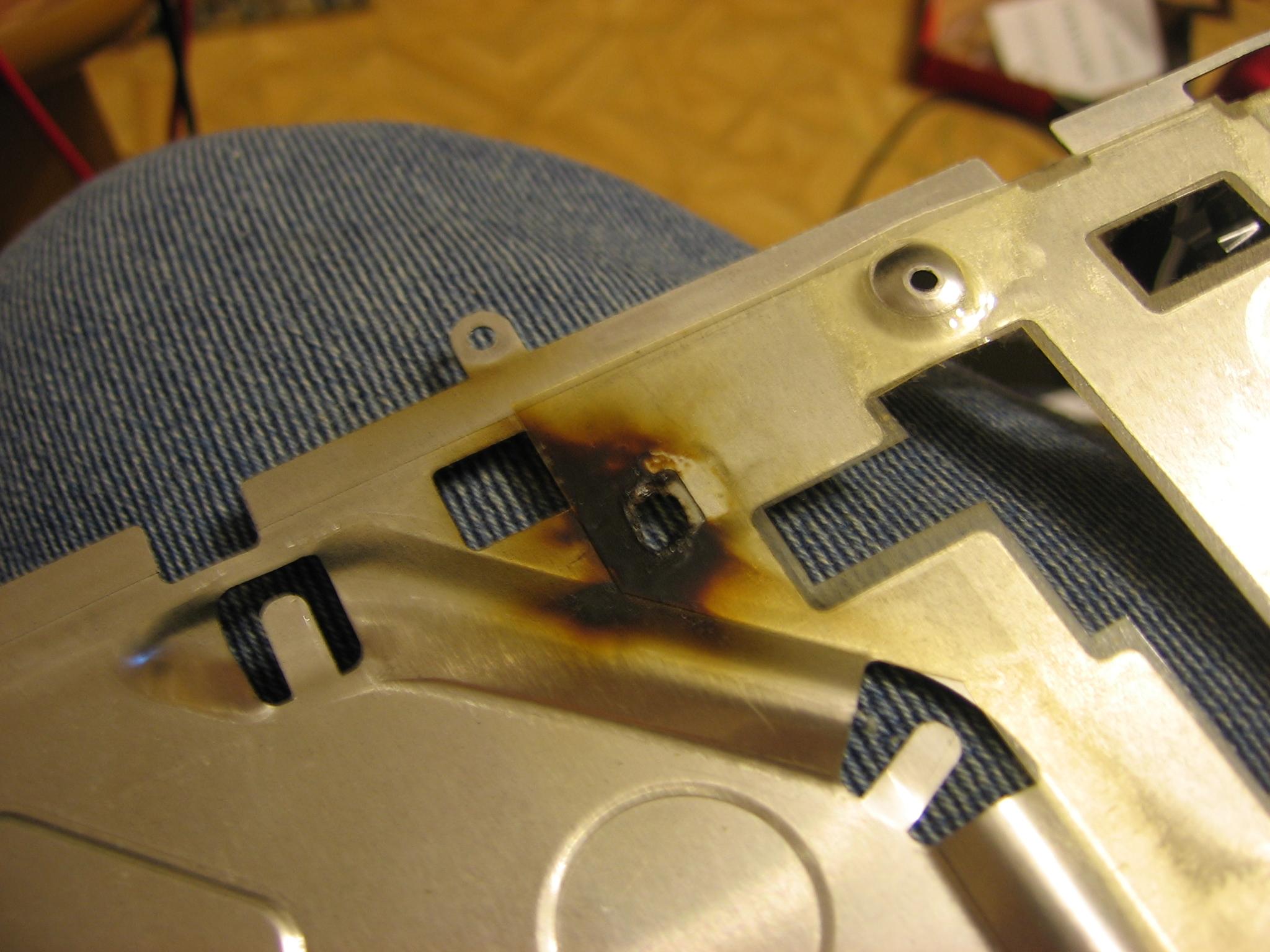Hp DV9000 - Laptop cyka po pod��czeniu zasilania, zwarcie VIN - masa