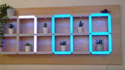 Zegar wyświetlający cyfry na krawędziach półek