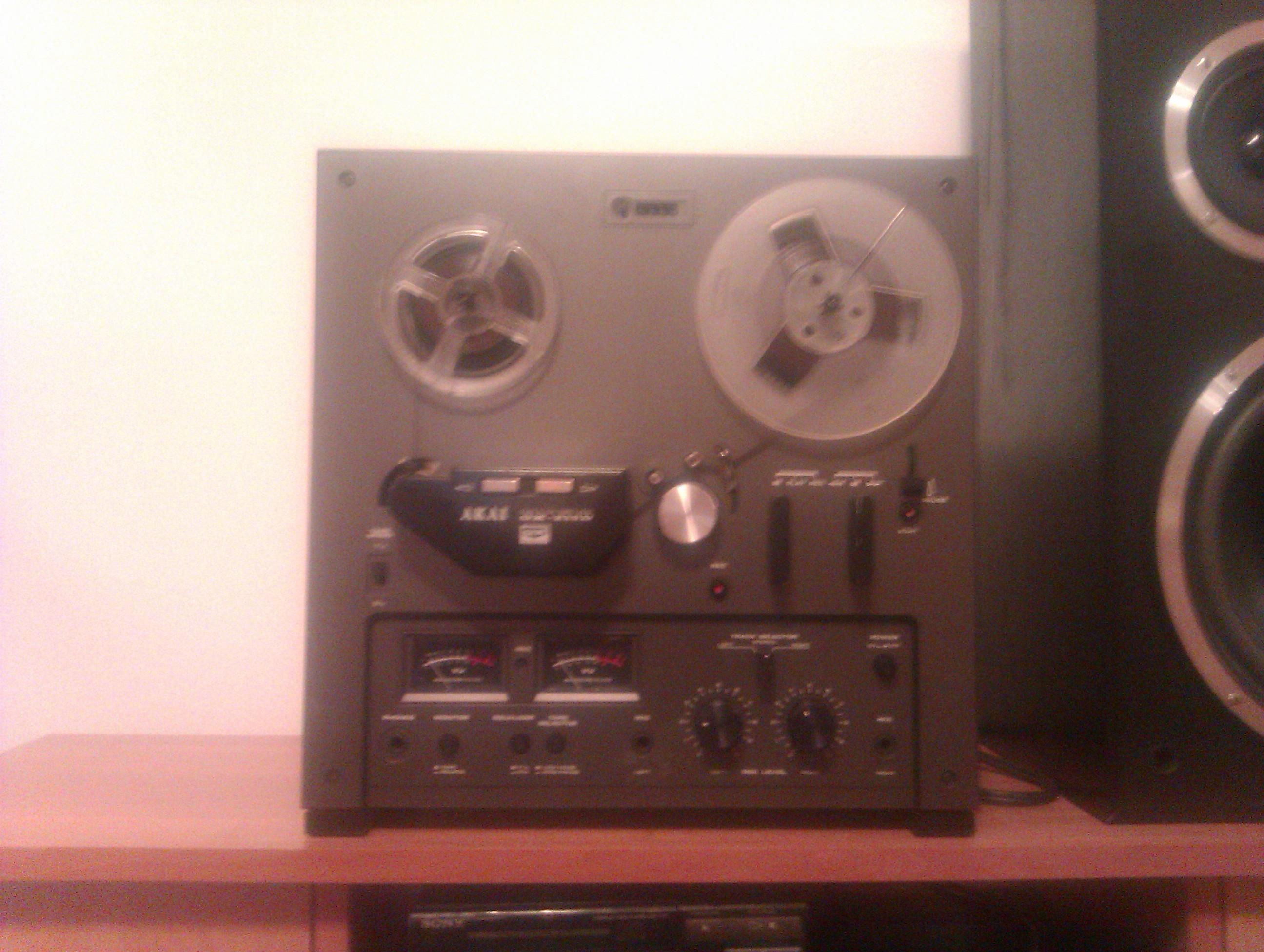 Szpulowy magnetofon Akai GX 215-D zawalnia na odtwarzaniu.