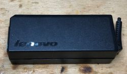 Wnętrze - 10 różnych zasilaczy do laptopów od różnych producentów