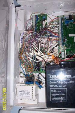 Podłączenie wielu przewodów do złącz w centralach alarmowych.