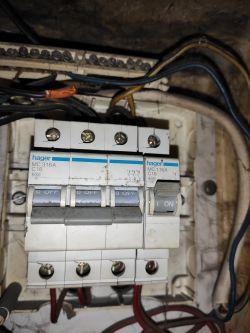 Wyzwalanie wyłącznika nadprądowego przy użyciu kilku urządzeń