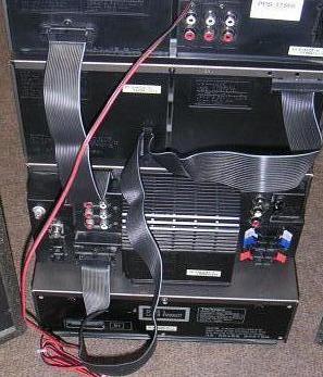 Układ wciskający w radiu przycisk POWER o tej samej godz