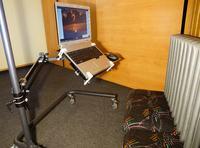 Wysięgnik do laptopa z jeżdżącym stojakiem do korzystania w pozycji leżącej