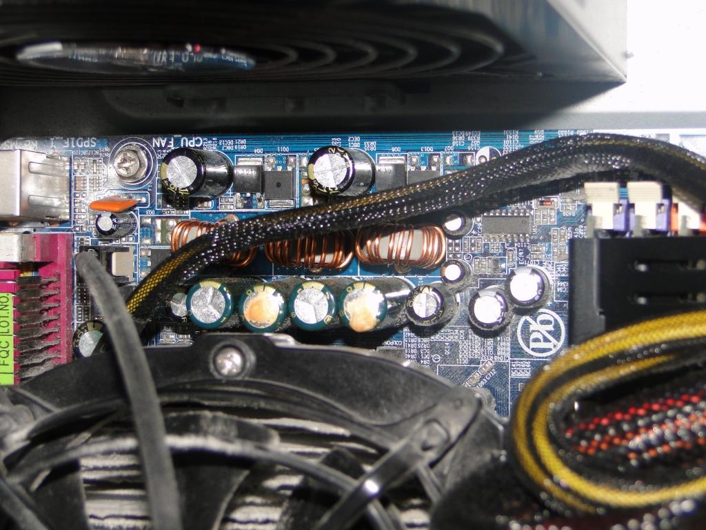 Pow�d wylewania kondensator�w w p�ycie g��wnej