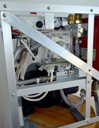 Cichy nieduży kompresor z agregatu lodówkowego.