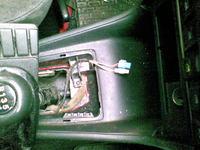 Wskaźnik poziomu paliwa i kontrolka paliwa wskazują ciągle z