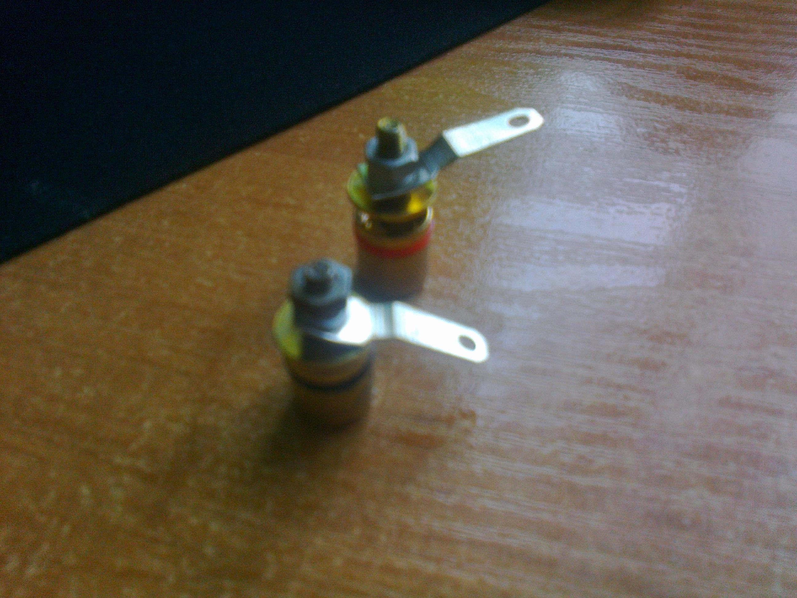 Stalowe ko�c�wki terminala g�o�nikowego i grubo�� kabla