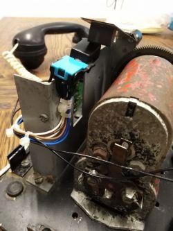 Stary aparat telefoniczny przerobiony na domofon
