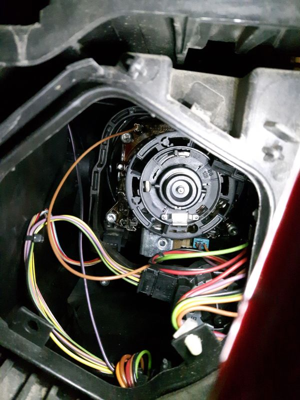 BMW X3 e83 - Jakim cudem dostać się do żarówki świateł mijania??