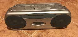 Wnętrze typowego radioodtwarzacza - Kedison Portable Stereo Casette Recorder