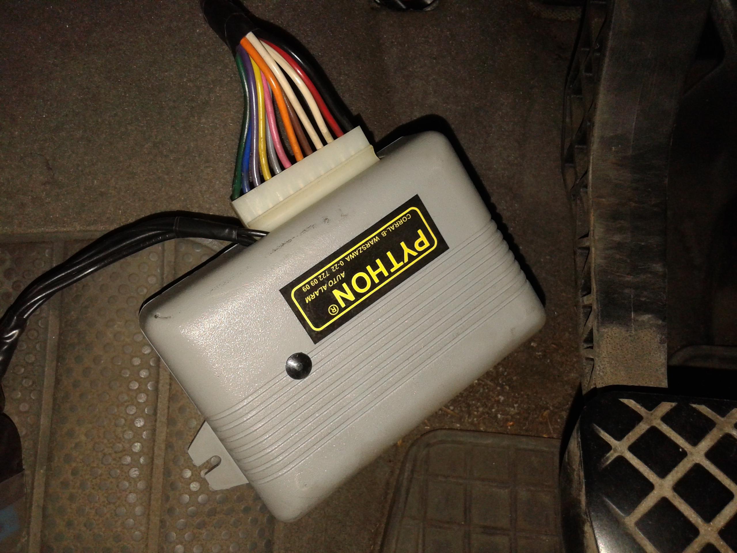 Autoalarm Python jak wymontowa� i zamontowa� sterownik centralnego zamka.