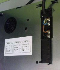 Puszka zasilająca płytę indukcyjną na ścianie szafki kuchannej i piekarnik