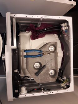 Beko WMY81243PLPTLMB1 - Pralka wylewa wodę szufladą/zasobnikiem.