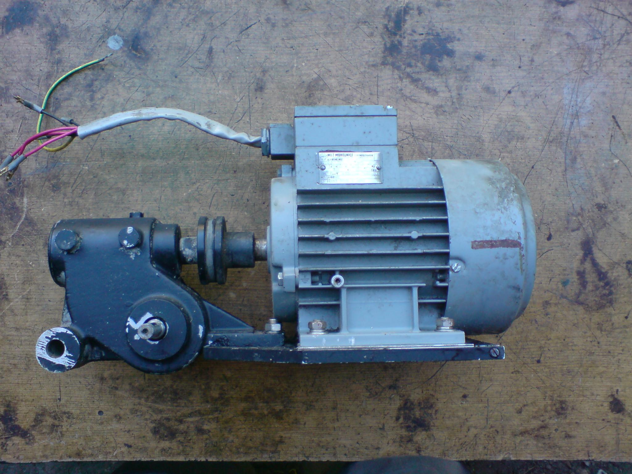 [Sprzedam] Silnik elektryczny 3f 380V z przek�adni� 30:1