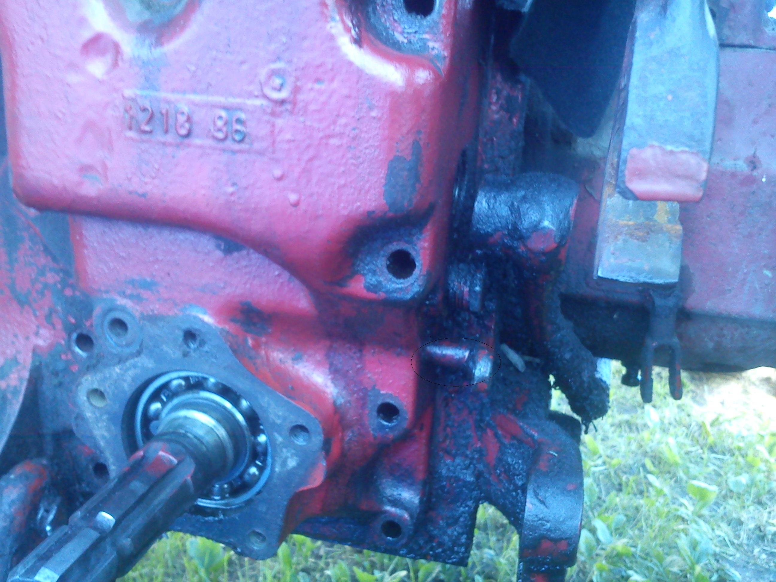 W�adimirec t -25 - Wyciekaj�cy olej ko�o dr��ka za��czaj�cego wa�ek odbioru mocy