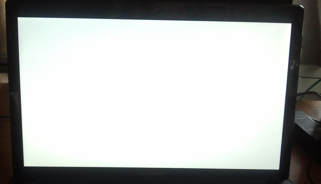 Acer 7535 - Bia�y ekran na matrycy
