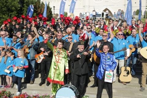 The Beatles Polska: Rekord Guinnessa w 50. rocznicę Sierżanta Pieprza. Zagrali The Beatles na schodach lubelskiego zamku