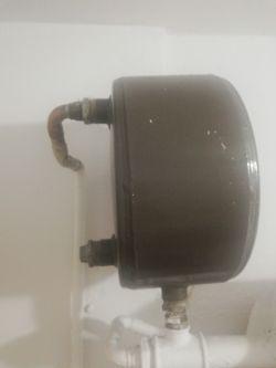 Piec C.O. na węgiel bąbluje woda.