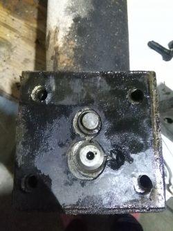 Podnośnik hydrauliczny cieknie olej.