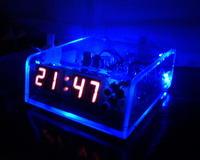 CMOS-owy zegar w obudowie z pleksy.