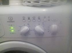 Indesit WISL 105 - pralka nie reaguje. Czerwona lampka nie świeci się.
