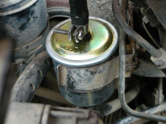 Nissan Micra - Wymiana przeowodu paliwa przed filtrem
