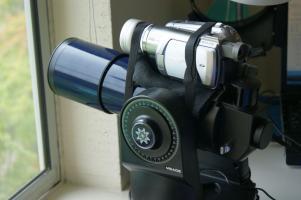 Urz�dzenie �ledz�ce samoloty i nakierowuj�ce na nie teleskop