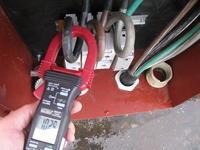 Pomiar natężenia prądu miernikiem cęgowym.