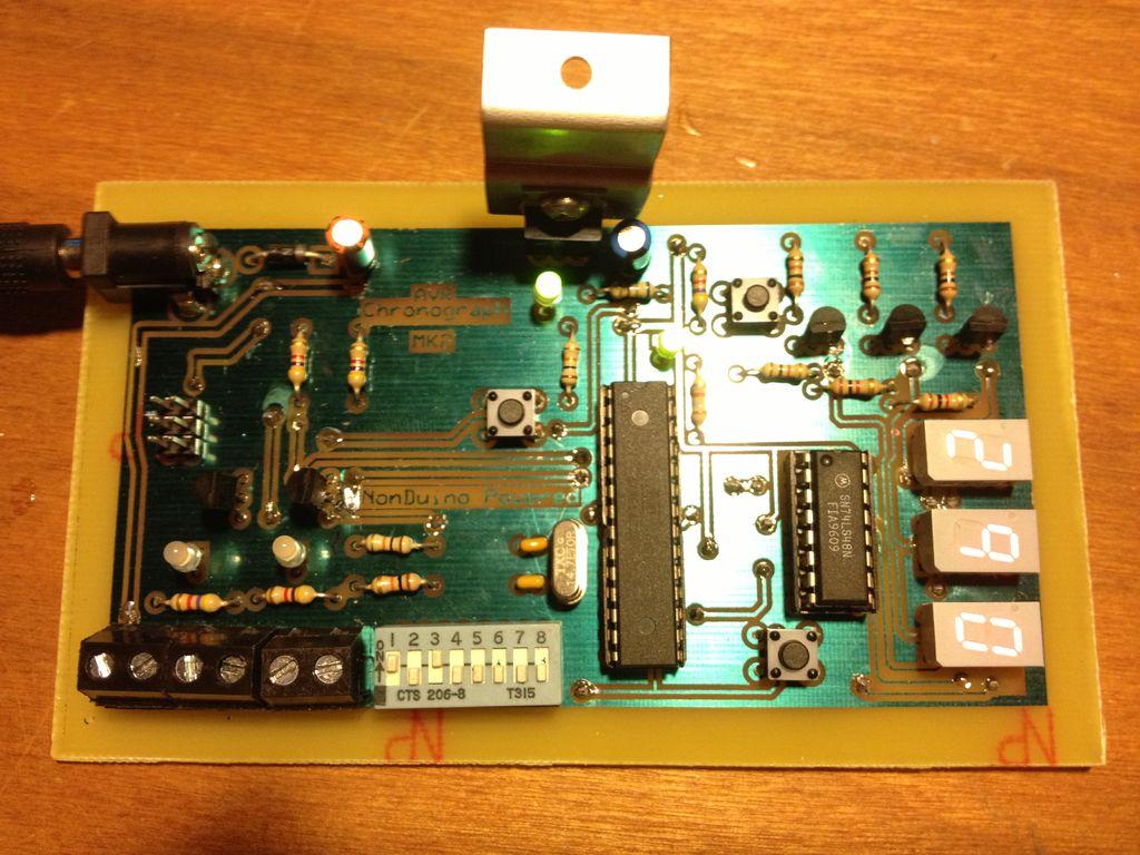 Mikroprocesorowy chronograf z czujnikami odbiciowymi