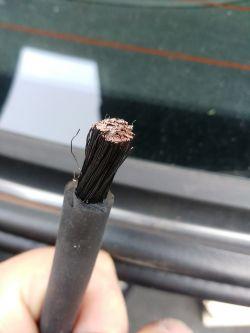Kabel spawalniczy czarny w środku po sezonie leżakowania w samochodzie.