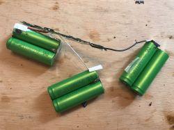 Wnętrze baterii od laptopa oraz sposób na wykorzystanie starych ogniw ze środka