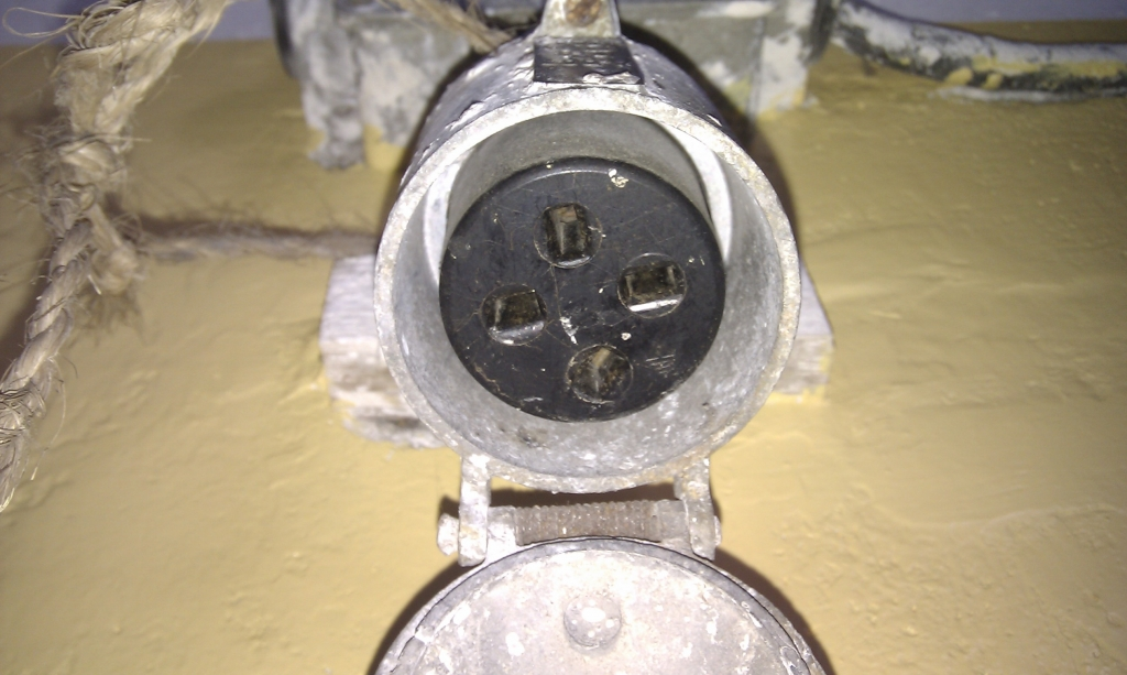 Metalowe gniazdo si�owe 16A 500V p�askie otwory - Jaki wtyk pasuje?