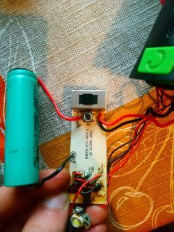 Lutowanie obwodu we wkrętarce z baterii na zasilacz.