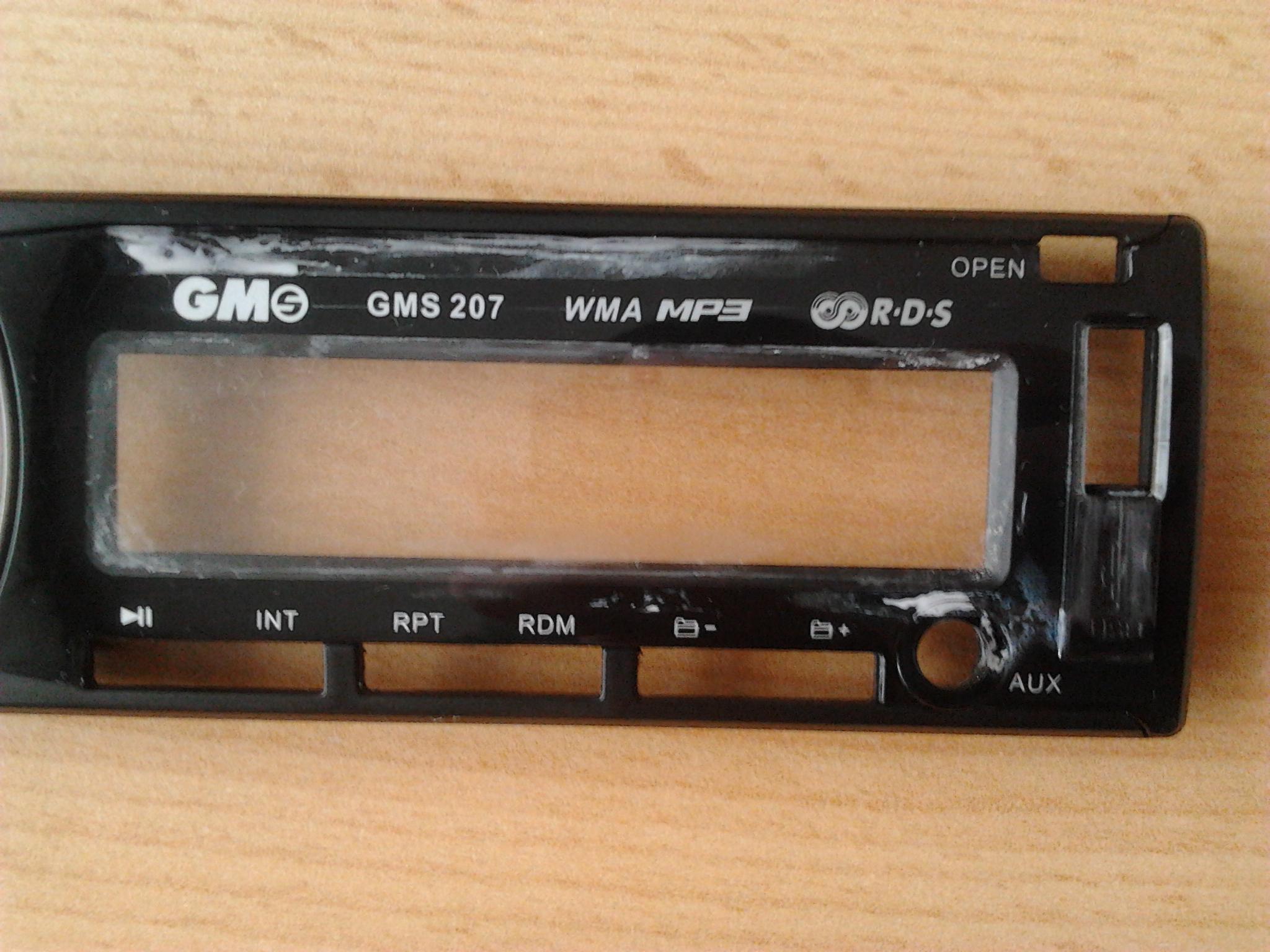 Zabrudzona od wewn�trz plastikowa obudowa panelu przedniego radia