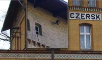Identyfikacja nieznanego elementu na ścianie budynku.